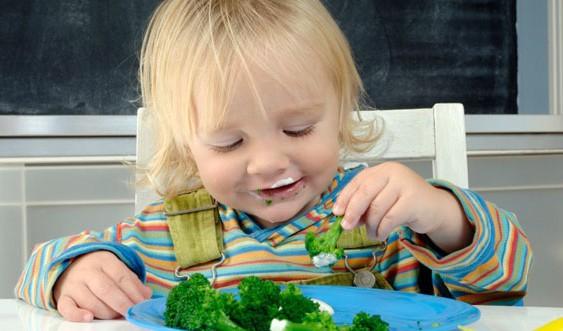 Привчаємо малюка їсти самостійно